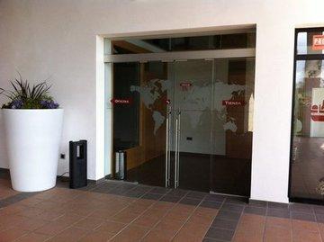 Puertas de Cristal SAP - Puerta batiente de cristal manual. Tienda Oviedo - Sistemas Automáticos de Paso