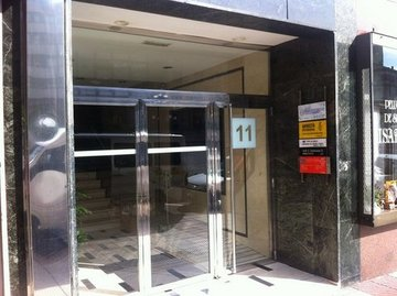 Puertas de Cristal SAP - Puerta de cristal batiente Dorma. Edificio Garcia Conde - Sistemas Automáticos de Paso